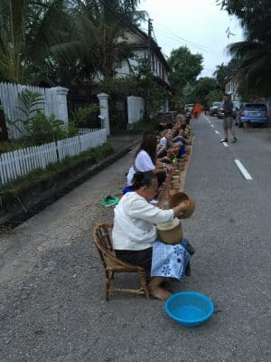 Cerimônias em Luang Prabang, no Laos - Alms Giving