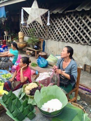 Mercado matinal local em Luang Prabang, no Laos - Nacht Market